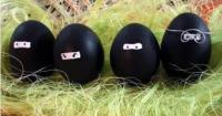 Musta kaapu aiheiset pääsiäismunat