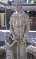 St. Dominic tarjoaa leipää pojalle