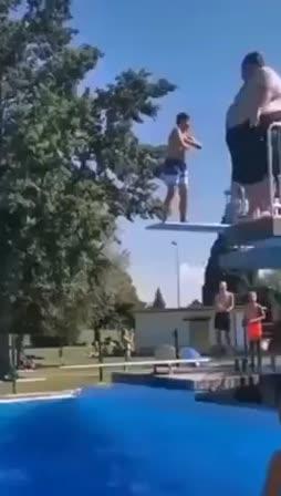 Läski hyppää altaaseen